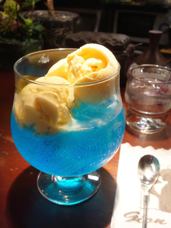 ギオンには、グリーンとブルーの2種類のクリームソーダがあります。特に、美しいブルーのクリームソーダが人気のようです。ギオンは深夜2時まで営業していますので、夕食後のデザートとしてクリームソーダを味わうのも良いですね。