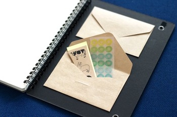 余っている封筒を裏表紙に貼り付けて小さなポケットにすれば、シールやステッカーなど細かいものをまとめておけます。使いたいときすぐ取り出せていいですね。