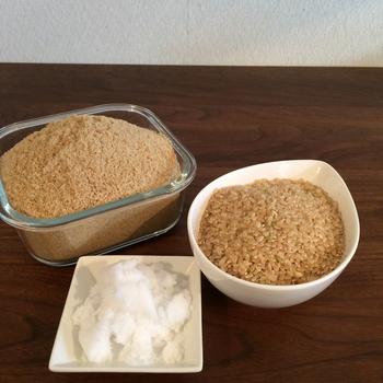 基本の材料は玄米と塩。そこに米ぬか(いりぬか)を加えます。玄米2:ぬか2:塩1程度の割合です。米ぬかが入るとよりしっとり、ふかふかで手触りのよいカイロが出来ますよ。