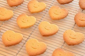シンプルなクッキーもハートの形にするとさらに可愛い。見ているだけで心がほっこりと癒されますね。