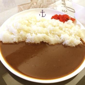 カフェの名物は、明治・大正期の海軍のレシピを基にした『海軍カレー』。スパイシーで、口当たりも滑らかと評判の一皿です。