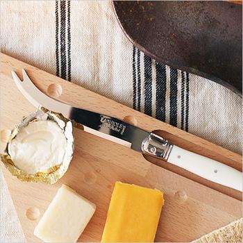 チーズを切るのがワクワクする、チーズナイフとボードのセット。こだわりのチーズを買って、いろいろ味見するのが楽しみになりそうです。