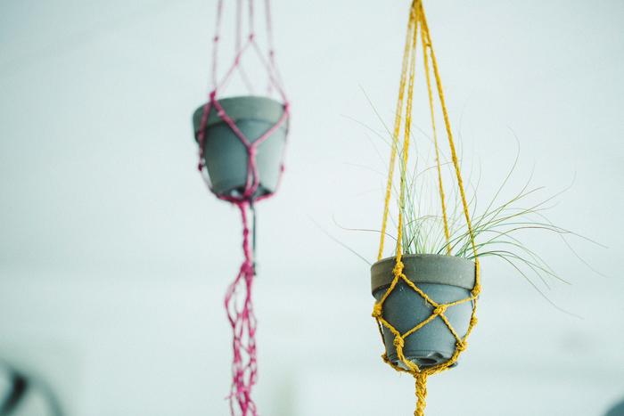 現在、アトリエには渡部さんの暮らしの息遣いが垣間見れます。こちらも渡部さんお手製のマクラメ編み