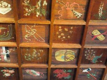 「安井堂」は、京都・東山の安井門跡蓮華光院の御影堂を明治初期に移築した建物。  「安井堂」の見所は、天井画。内陣の格子天井の鏡板には、杜若(かきつばた)や牡丹等の花、密教の宝具等が描かれています。内々陣(画像左奥)の上部には、壮麗な雲龍が描かれています。