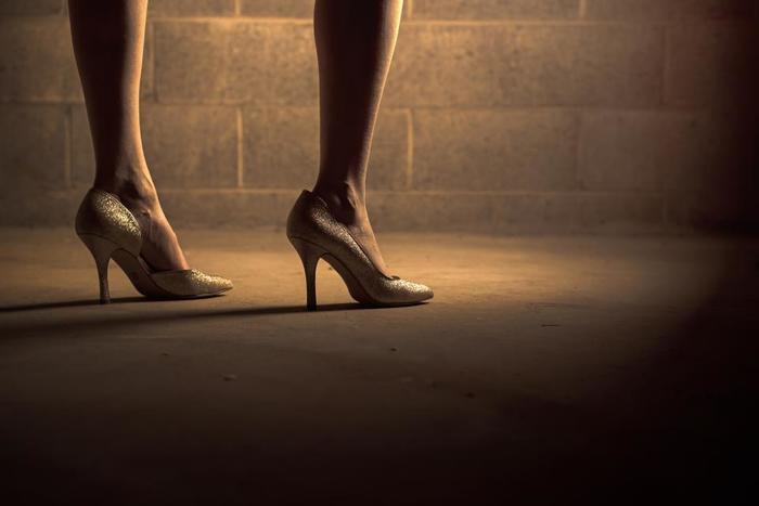 """どんなコーディネートでも、ヒールを合わせるだけで""""手抜き""""には見えません。1日履いて外を歩き回るのは大変ですが、少しの距離ならちょうどいい運動にもなりますよ♪ご近所さんにばったりあってしまった時も、「いつもオシャレに気を使っているんだな」と見てもらえるし、ヒールを履いて姿勢を意識しながら歩くことで脚も引き締まり、いいこと尽くしです。"""