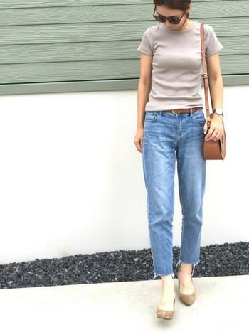 「足元を見る」ということわざ通り、人と会った時には意外と履いている靴を見られていることが多いです。Tシャツにジーパンという何気ないスタイルでも、ヒールを履いてでかけましょう♪写真のように、ヒールの色がコーディネートのどこかに使われていると、まとまって見えます。