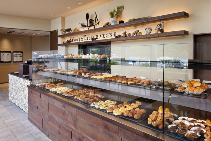 店内で購入したパンも足湯につかりながら食べる事ができますよ。