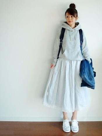 白のフレアのスカートでふんわり春の雰囲気に。白のスニーカーを合わせて、スポーティーなアイテムにガーリーなニュアンスを加えたコーディネートです。