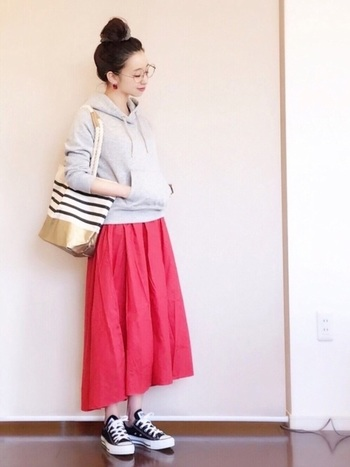 コーディネートが難しいインパクトの強い色のスカートもグレーパーカーなら安心して合わせることができます♪