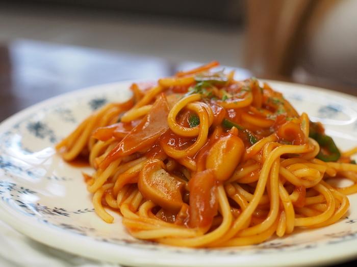 ナポリタンも向いているレシピの一つ。  ケチャップなどの調味料系を入れたパスタはこびりつきやすいですが、油がいい感じに馴染んだ鉄のフライパンなら、フッ素加工のフライパン並みにスルッと炒めることができます。
