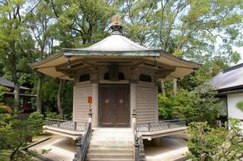 御影堂の背後にある「勅封心経殿(ちょくふうしんぎょうでん)」は、奈良・法隆寺の夢殿を模して建築されたもの。現在の建物は大正14年に再建されたものです。 殿内には、嵯峨天皇の他、後光厳・後花園・後奈良・正親町・光格天皇の勅封心経を奉安しています。