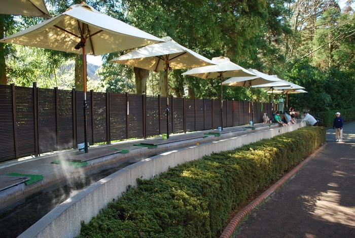 箱根の観光スポットの一つ、彫刻の森美術館内にも足湯があります。館内を巡るのに疲れたら、ちょっと一休み♪ 敷地内に湧いた温泉が100%かけ流しで流れています。