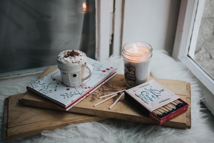 """家事の合間や寝る前などの""""ちょっと休憩""""、のリラックスタイムのおともには「イランイラン」がおすすめ。 でも、その時の自分が""""好き""""と感じられる香りが一番効果的。 好きな香りとゆらゆらと揺れる灯りに癒されてくださいね。"""