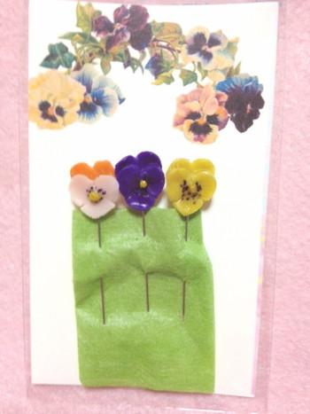素朴なマチ針に、ポリマークレイでパンジーの花を付けた素敵な作品。縫い物するのが楽しくなりそうですね♪