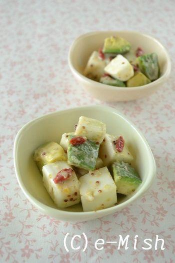 はんぺんとアボカドを粒マスタードや塩レモンペーストで和えるサラダ。アボカドが変色しにくくパーティーにもおすすめです。