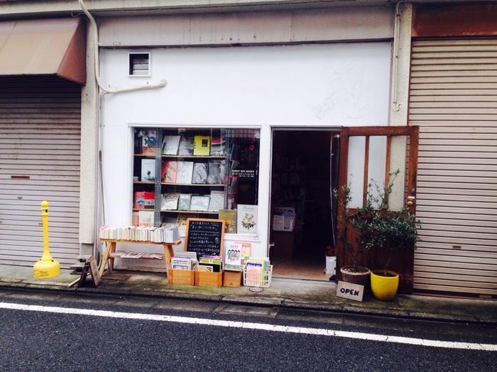 裏道を歩いていると、突如現れる小さな古本屋さん(一部新刊も有)。一般的な古本屋さんと違い、雑貨屋さんのような店構えで、ふらっと立ち寄りたくなります。