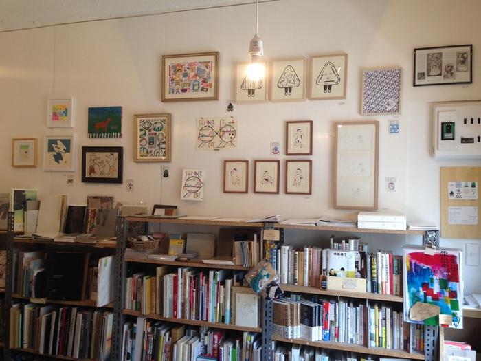 わずか5坪の店内の中には、料理・ライフスタイル・絵本・コミック・詩集・映画・音楽・建築・デザイン・写真・美術など、幅広いジャンルの本が揃っています。作家さんの展示会や、ワークショップなども随時開催。