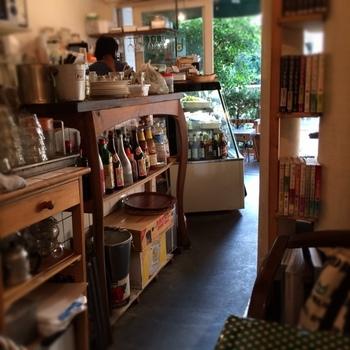 """レトロな雰囲気のお店「biji」は、""""野菜のある生活を""""をコンセプトに、オーガニックなアジアン料理を味わえるカフェ。お惣菜やお弁当もテイクアウトできるので、ピクニックやお花見のときにも便利。"""