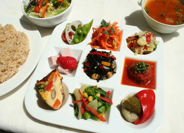 土日のランチタイムには、オーガニックビュッフェも行われています。色とりどりの有機野菜をたっぷり食べて、心と体をリセットできる週末を過ごせそう。