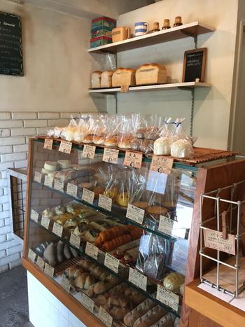 天然酵母パンのお店「M-SIZE」。先程紹介した「biji」の2軒隣にあります。あんず・いちじく・びわ・りんご・オリーブなど、多くの種類の自家製酵母を独自で育て、いろいろなパンに使い分けることによって、独特の風味のパンを作っています。 使用している酵母の数は、なんと13種類にものぼるとのこと。