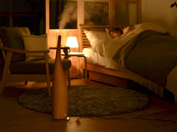気温が下がると湿度が上がります。そのため夜にエアコンを切って寝る時は、加湿器も止めましょう。加湿し過ぎはカビの原因。起きて壁が濡れていたら過度な加湿の証拠です。ぜひチェックしてみてくださいね。