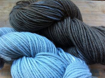 絹、綿、麻、ウールなど、さまざまな素材に草木染めをすることができます。同じ染料でも、素材によって発色が変わり、染め上がりが違うのも楽しみです。