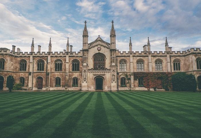 世界的に最も広く認められる「ケンブリッジ英検」。日本ではあまりなじみのない資格ですが、実は世界的に最も広く認められている英語試験と言っても過言ではありません。