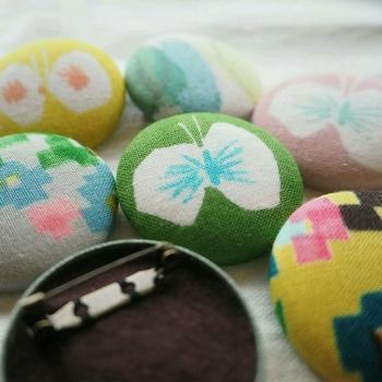 くるみボタンを使ってブローチを作るのは比較的簡単です。  くるみボタン用のキットも100円ショップで売られるようになりました。