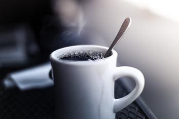 そんな朝はホット・コーヒーで始めましょう。アイスではなくホットを。というのも、体温より冷たいものを飲むと胃腸のはたらきが弱ってしまうからです。コーヒーが苦手な方はホットティーや緑茶でも。
