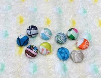 くるみボタンは小さいので、比較的完成までの時間が短く、作った時の満足感も大きいアイテムです。  アイデア次第で可愛らしさは無限大に広がります。
