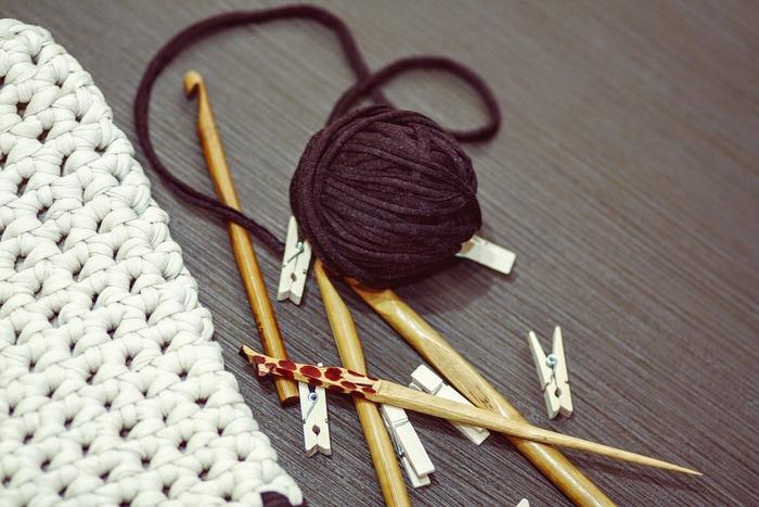 Tシャツヤーンをかぎ針で編むと、モコモコした編地になります。