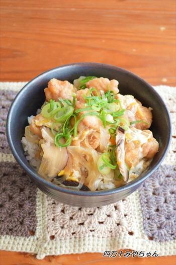 冷凍から揚げを親子丼の鶏肉にアレンジ!から揚げはすでに加熱済みなので、煮込む手間が省けるのがうれしい時短レシピです。