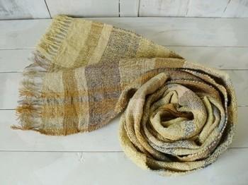 ウコンをメインに、玉ねぎの皮、セイタカアワダチソウ、ログウッドなどで染めたストール。打ち直しのお布団の綿を手紡ぎし、草木染めしたものを織っています。