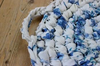 このもこもこしたのが裂き編みです。見たことありませんか?  もこもこしているので柔らかなさわり心地を期待すると・・・ぎっしりつまってしっかりした硬めの肌触りです。