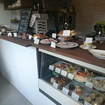 お持ち帰りが中心の店内。フィナンシェやウィークエンドシトロン・サブレなどの焼菓子から、オペラやタルトフリュイ・チーズスフレなどのフランスの伝統的なお菓子がたくさん並んでいて、どれにしようか迷ってしまいます。