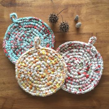3色の柄生地で編んだ鍋敷き。手編みならではのぬくもりがあります。