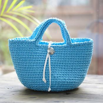 1色で編んだシンプルな空色のバッグ。裂き編み独特の表情が楽しめます。