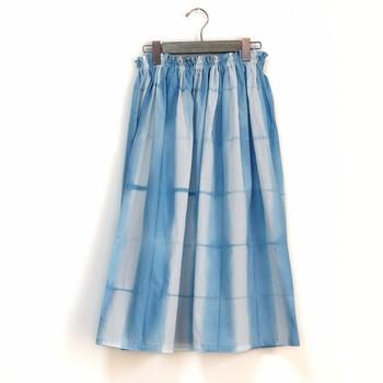 """草木染めといえば""""藍""""染め。藍は、ざっくりとした生地にもよくなじみますね。涼やかな印象のスカートは、これからの季節にぴったり。"""