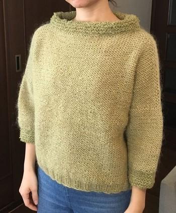 よもぎ、シオン、ミントで染めた毛糸を使ったセーター。ゆったりとしたシルエットが、草木染めらしいナチュラルさを感じさせてくれます。