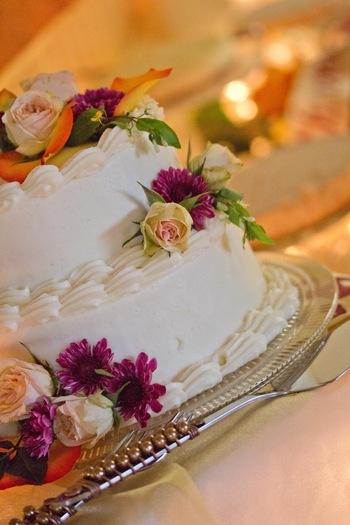 ケーキのデコレーションに、生花を使えばちょっぴり大人っぽいケーキになります。