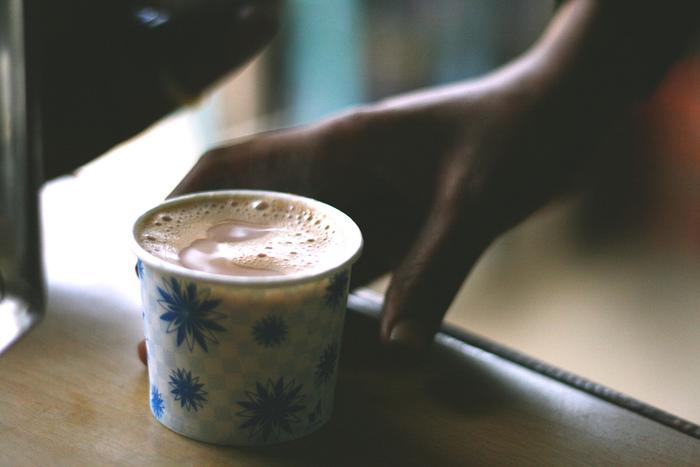 インドではチャイ屋さんが沢山あり、日常的な飲み物なんです。 チャイ(Chai、ヒンディー語:चाय/ウルドゥー語:چاۓ cāy チャーイ)は、茶を意味する言葉。 狭義にはインド式に甘く煮出したミルクティーを指し、世界的には茶葉に香辛料を加えた「マサーラー・チャイ」を指します。