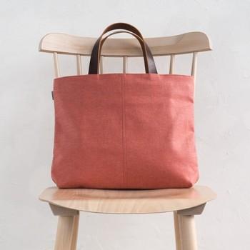 茜の根を使った茜染めも、草木染めの代表格。こちらは、茜染めの帆布トートバッグです。帆布の丈夫さに、茜の華やかさが加わった素敵な作品ですね。
