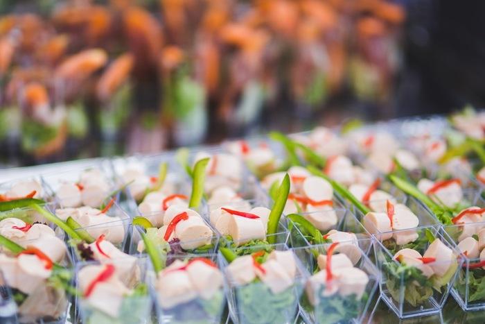 サラダの取り分けってけっこうめんどくさいもの。写真のように小さ目カップに盛り付ければ、取りやすく食べやすくてゲストに好評かもしれません。