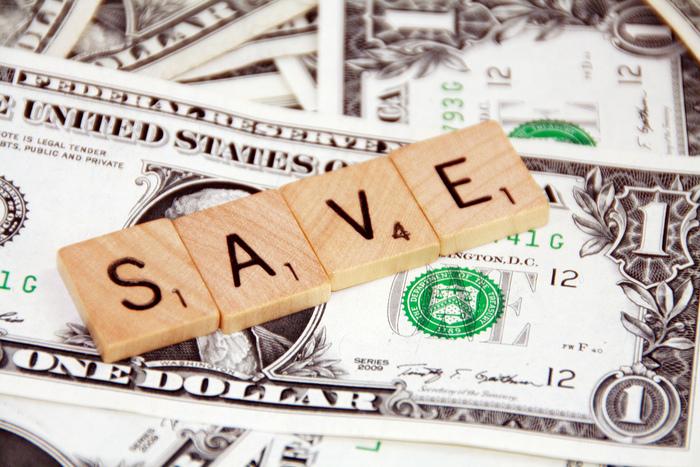 貯金が全くできない、毎月口座にお金が残ったら貯金する、という方は結構多いのです。これはダメですよ~。毎月お金が入ればまずすることは、貯金です。どんなに高い買い物をしようとも、お友達と飲みに行けなくなろうとも、あなたの将来にお金が必要な時は必ずくるので、この貯金を最優先するべきです。 ではどれくらいの金額を貯金したらよいのかというと、毎月の手取り収入の1割を最低でも貯金しましょう。ボーナス時には3割を貯金できればGoodです。余裕があれば少しずつ貯金額を増やしてみましょう。この貯金のクセをつけておくことが後々の人生に大いに役立ちますよ。