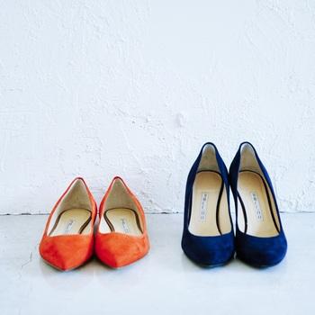 「PELLICOのオレンジの靴は展示会で。パンプスはあまり履かないのでヒールは低めで、使いやすい黒はすでにクロエのバレエシューズがあるので冒険できる色を選びました。自分の肌の色に合い、意外と合わせやすいです。」