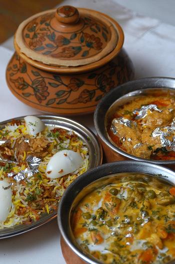 野菜がいっぱい食べられて、スパイスも効いていてヘルシーかつ食欲もわくお料理が多いのがインド料理の特徴です。 インド料理というと「カレー」というイメージが強いのですが実は「サブジ」に「ライタ」「ビリヤ二」など、スパイスのきいた料理もいっぱいあるのです。この夏は、お口の中でインド料理の旅に出かけてみませんか?