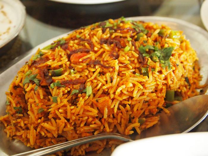 「ビリヤニ」と聞いてもなじみのない方も多いかもしれません。ひところで言うと、スパイスたっぷり「インドの炊き込みご飯」です。厚手の鍋一つあれば、簡単に短時間で本格的な味が楽しめるのが魅力です。