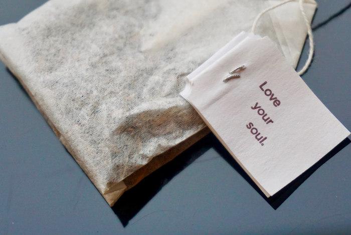 Yogi Teaの楽しみは、何と言ってもティーバッグ一つ一つに書かれた様々なメッセージ。その時々の自分に、一番ふさわしい言葉があなたの背中をきっと押してくれるはずです。こちらのタグには「あなたの魂を愛してください」という意味の「Love your soul.」と書かれています。あなたは、どんな風に感じるでしょう?