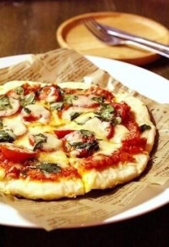 薄力粉とベーキングパウダーでつくった発酵なしでつくれるお手軽ピザ生地にお好みの具材をのせて、フライパンで焼き上げるピザレシピです。薄い生地のピザは、オーブンが無くてもOK!