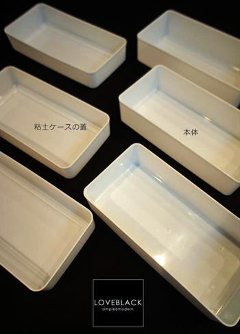 粘土ケースの蓋と本体をわけて仕切りとして使うアイディアもいいですね。100円で2個仕切りボックスはかなりお得です♪